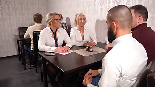 The milf office sluts fucked in enveloping holes in the restaurant!