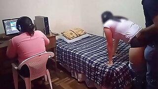 mi hermanastra no me deja jugar mis video juegos: nuestra madrastra nos saca de coryza computadora y yo me follo a mi hermanastra mientras ella no nos puede ver, casi nos pillan